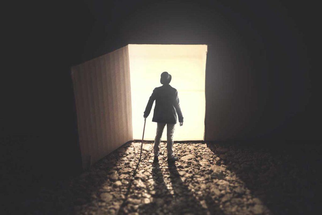 扉を開けて外に出ようとしている