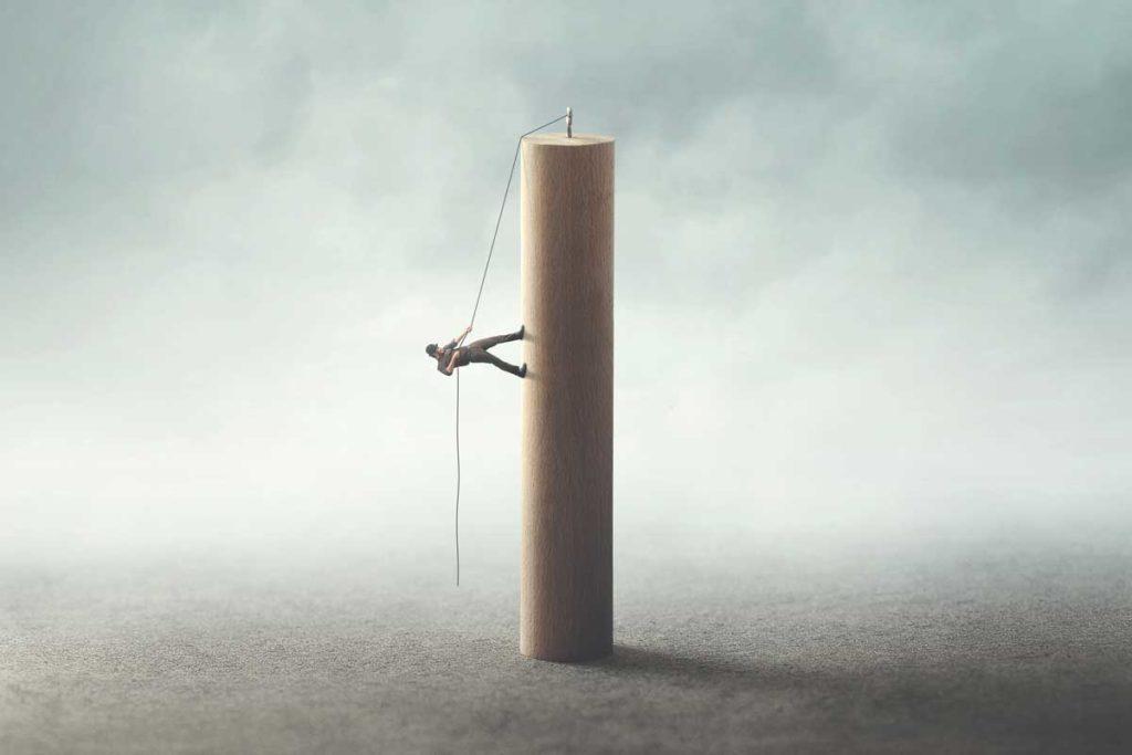 ロープをつたい登る人
