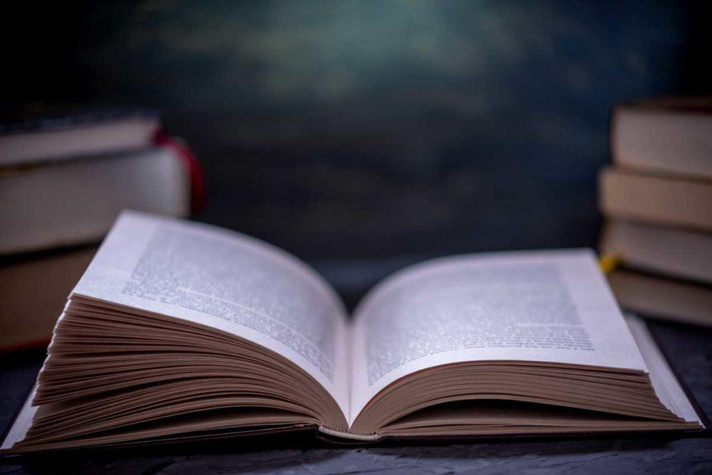 広げられた書籍