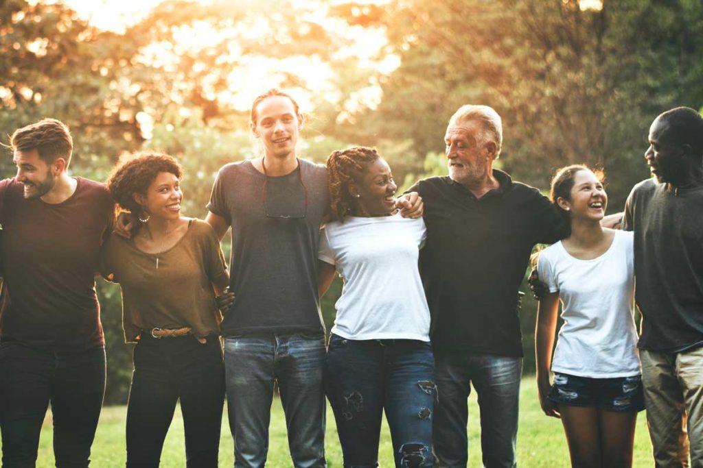 公園で肩を組む様々な国籍の人たち