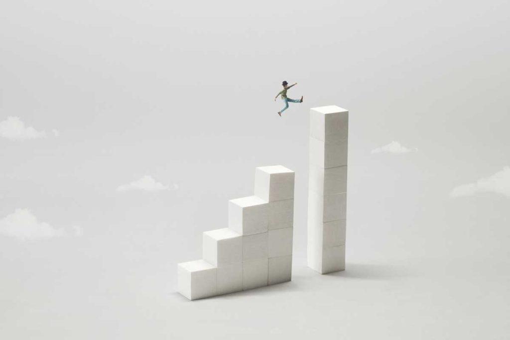 階段を軽快にジャンプする人