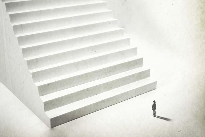 巨大な階段の前にたつ男性