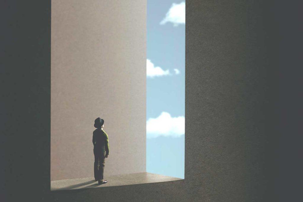 青空の外を見ている人