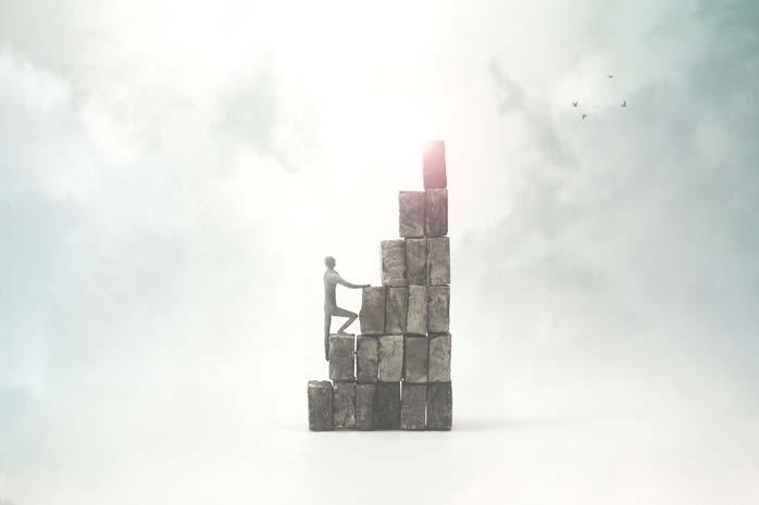 ブロックを登る男性の姿