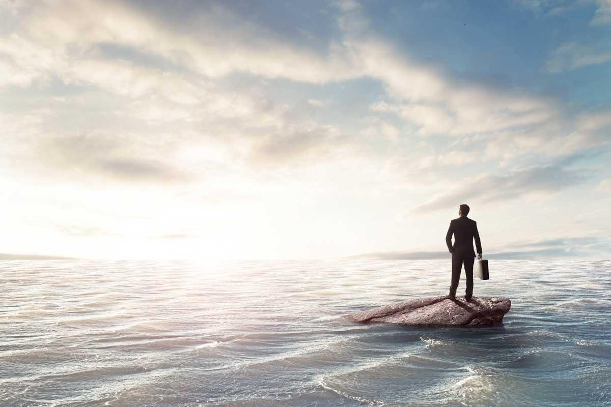 海の上にたたずむ人