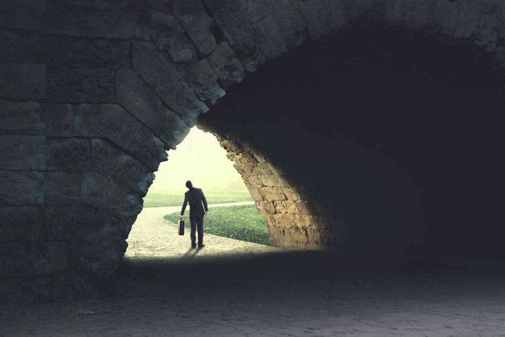 トンネルから抜けて明るい世界が見えてきた