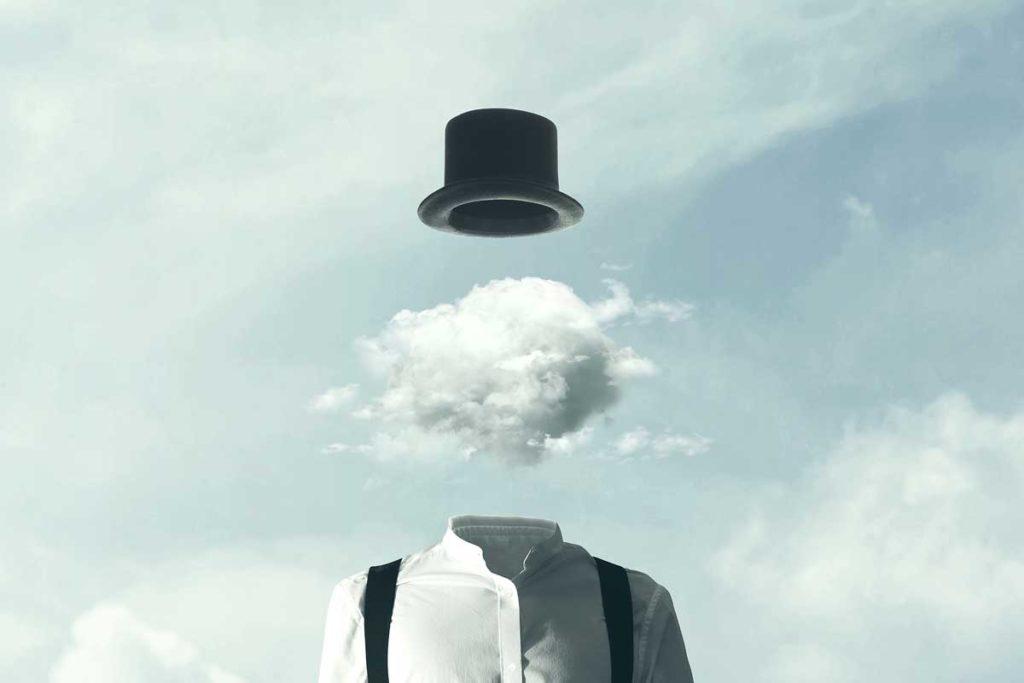 超現実的な人間が雲の中に顔を出す