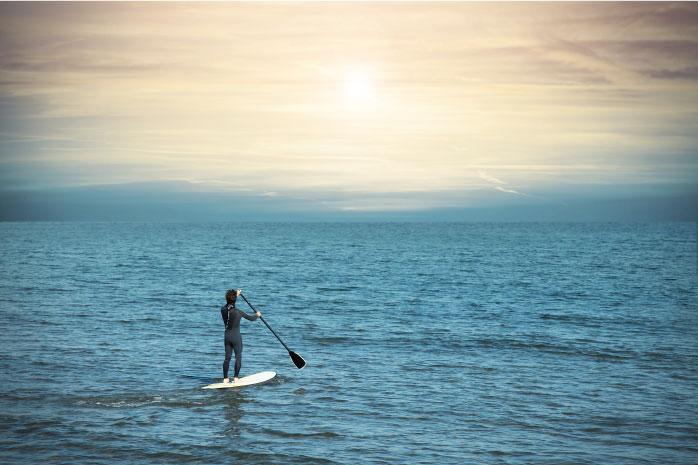 広大に広がる海を1人で渡ろうとしている写真