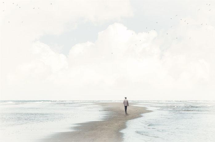海の真ん中の道を歩く男性の写真