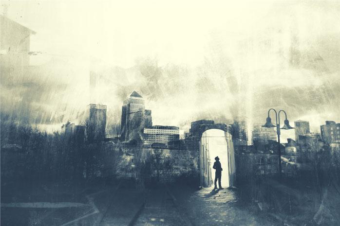 街の背景から扉の前に立つ男性の写真