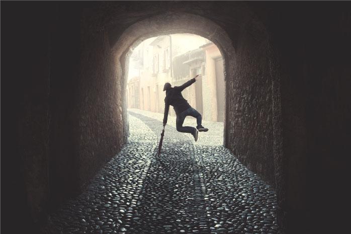 トンネルのなかで男性が跳ねるている写真