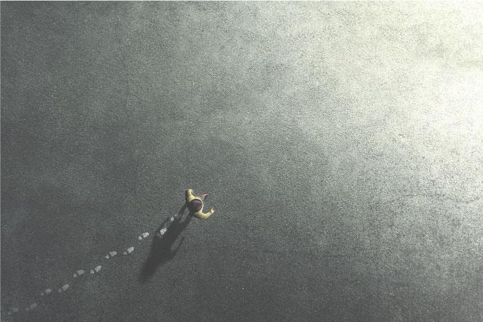1人の男性が歩く姿を上から見た写真