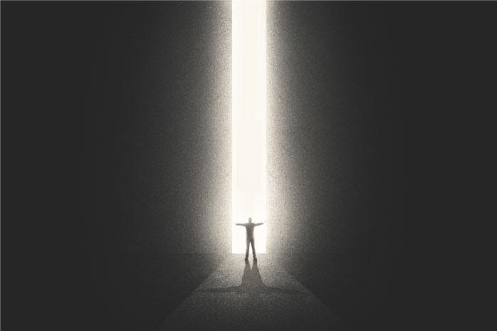 暗闇を切り開く下に人が立っている写真