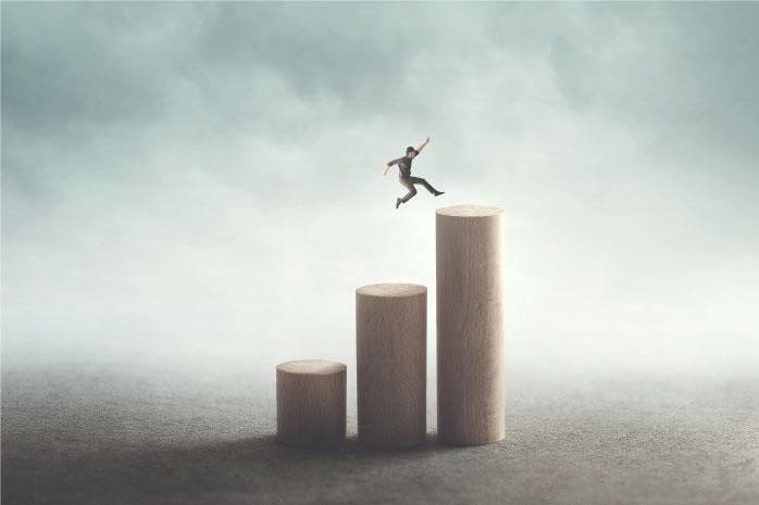 3本の柱をジャンプする人の写真