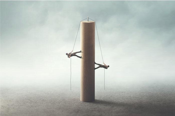 2人の男性が柱を登る写真