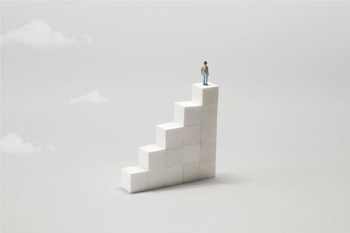 ブロックの上に立つ男性の写真