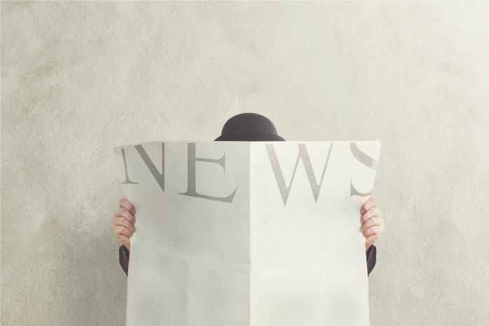 ニュースを広げる男性の写真