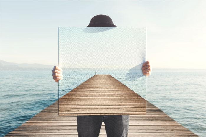 透明のキャンバスで姿を消している男性の写真
