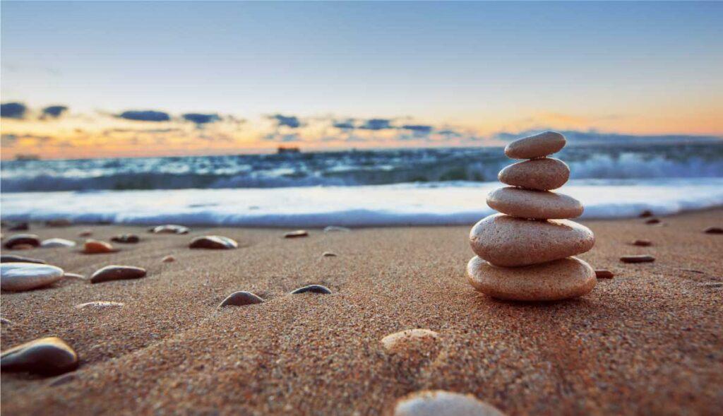 石が砂浜においてある